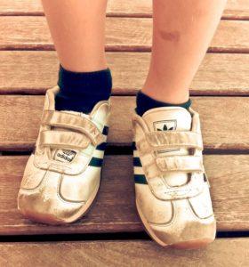 Niño con los zapatos al revés